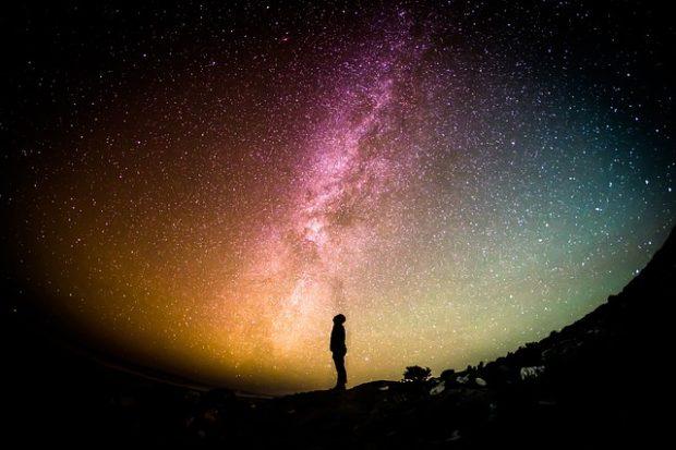 ストーンヘンジで宇宙と交信する人