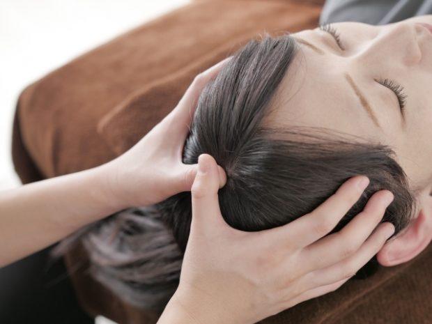 頭皮マッサージされている女性