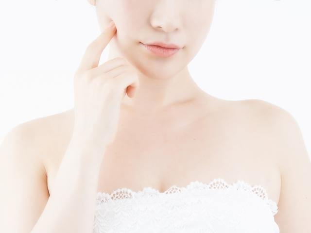 美顔ローラーのリファカラットを何分使用すればいいか悩む女性