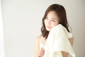 美顔ローラーを使う際の注意点を伝える女性