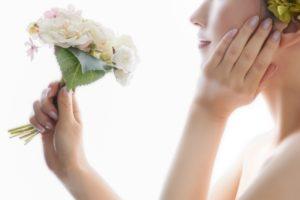 美顔器の効果を伝える女性