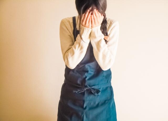 職場の無視に苦しむ女性