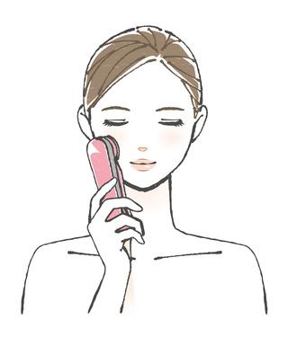 超音波美顔器を使う女性