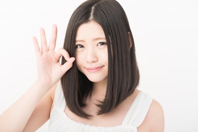 美顔ローラーの使い方を説明する女性