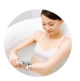 美顔ローラーリファカラットをお風呂で使う女性