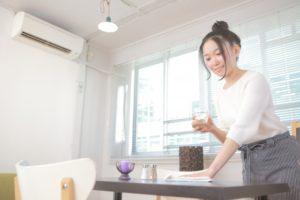 アルバイト探しにおすすめの求人サイト人気比較ランキングでアルバイト先を見つけた女性