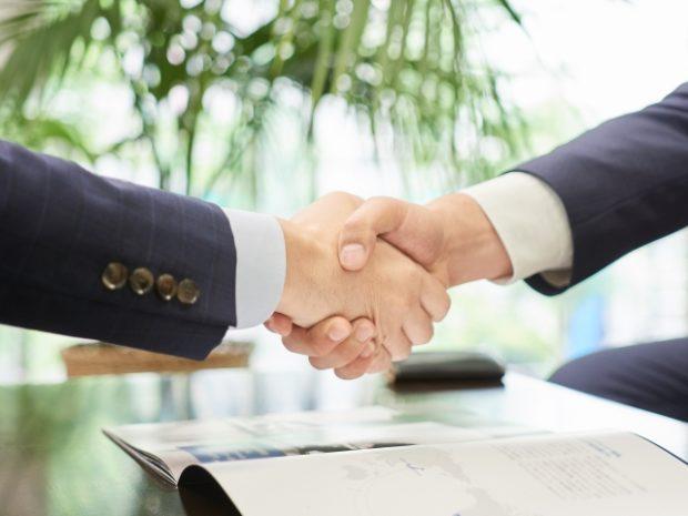 ホワイト企業に転職したいので転職エージェントに相談する男性