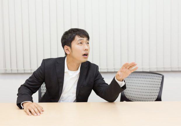 仕事辞めたいのに辞めさせてくれないと悩む男性