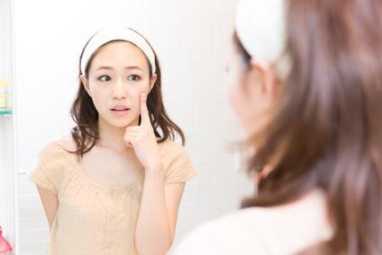 顔の衰えを気にする女性